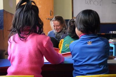 ネパールの保育園でボランティアが幼児教育に取り組む