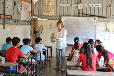 英語教師として現地の子供たちに英語を教えるシニアボランティア