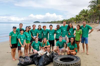 フィジーで夏休みにビーチ清掃にあたる高校生環境保護ボランティア