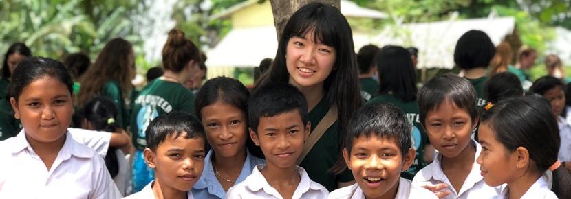 夏休みにカンボジアでチャイルドケア活動に取り組む日本人ボランティア