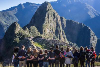 夏休みを利用した高校生の海外ボランティア 週末にマチュピチュを訪れる高校生ボランティアたち