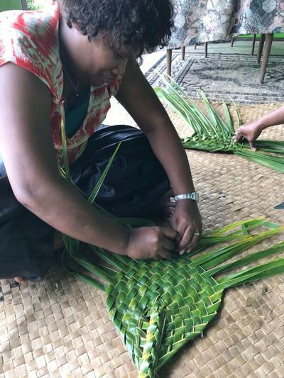 葉を編んでいるフィジー人に出会った村落開発プロジェクト