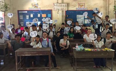 カンボジアの学校で日本の文化を紹介した高校生ボランティア
