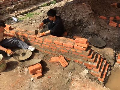 1からセメントを作ってレンガ固めに取り組んだ建築ボランティア